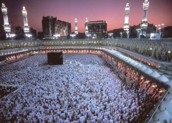 MECCA, SAUDI ARABIA - DECEMBER 2002:  Muslims pray at dusk around the Kaaba, Islam's most sacred sanctuary and pilgrimage shrine, within the Masjid Al-Haram mosque on Eid ul-Fitr day which ends Ramadan (the month of fasting) on December 2002 in Mecca, Saudi Arabia. (Photo by Reza/Getty Images)